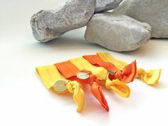 Superchicke elastische Hairties in sommerliche gelb und orange #braclets #elastic #pearls #armbänder #hairties #DPbeanies #stone Napkin Rings, Napkins, Orange, Home Decor, Yellow, Decoration Home, Towels, Room Decor, Dinner Napkins