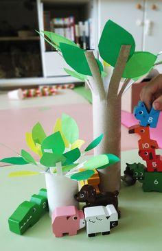 집에서 쉽게 구할 수 있는 재료인 휴지심(또는 키친타올심)을 가지고 나무를 만들어봤어요. <준비물> 휴지심 또는 키친타올심, 색종이, 가위, 풀. 준비물 참 간단하죠? 만드는 방법 또한 간단합니다. ^^;;; 1. 휴지심(작은 나무)이나, 키친타올심(큰 나무)에 폭 1cm 내외, 길이 3~5cm 정도의 가위집을 빙 둘러 내줍니다. 나뭇가지를 표현하기 위한 ..