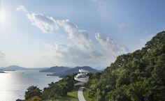 In dieser japanischen Hochzeitskapelle schreitet das Brautpaar auf zwei Treppen empor – und sagt unter freiem Himmel Ja.