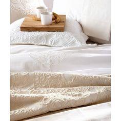 Προσιτή πολυτέλεια χαρακτηρίζει τα κουβερτόρια της σειράς Vips της Kentia. Βαμβακερά σε ουδέτερες αποχρώσεις και προσεγμένα σχέδια θα χαρίσουν στυλ και κομψότητα στην κρεβατοκάμαρά σας. Towel, Products, Towels, Gadget
