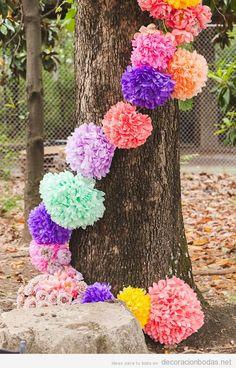 Pompones de papel DIY, ideas decorar bodas en jardín
