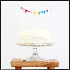 ons eerste product, nog steeds een succes. de mini slinger! Voor op de taart, als kaartje of voor op een cadeau of prikbord. Instant feest!Maat medium heeft 8 vlaggetjes Maat large heeft 12 vlaggetjes Je kan hem met een bijpassende envelop bestellen, zodat je hem als feestelijke groet kan versturen.Zoals met al onze items, kunnen wij ze ook in kleine oplages op maat maken in de gewenste kleur. Stuur ons een bericht met je feest-w...