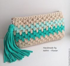 """.                                                       …                                                                                                                                                                                 Más [   """"Link is in Russian, but I can see this is recycled t-shirt \""""yarn\"""" very nicely upcycled into a clutch. Even the tassel!"""",   """"Item for sale in Russia? pined for color / stitch inspiration"""",   """"Bonito clutch o bolso de mano a crochet, en punto garbanzo…"""