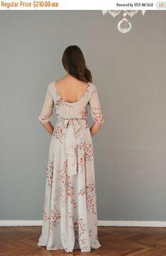 El vestido no está disponible en la impresión misma como en el modelo, pero está disponible en impresión similar, que se puede ver en segunda foto.  El vestido es delicado, elegante, femenina, inteligente. Apto para cualquier edad u ocasión. De gasa ligera muy cómodo y subrayado con la gasa, es fluir y moverse con cada paso. La parte superior del vestido está suelta. En la cintura el vestido tiene elástico oculto dentro y se completa con gasa y cinturón a juego. Las mangas también tienen…