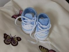 Free #crochet #patterns for baby booties like these baby sneakers ( find pattern baby booties here )
