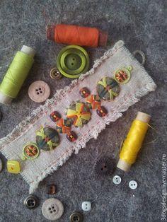 Пуговичный беспредел: первоапрельский урок экспоненциального повышения креативности - Ярмарка Мастеров - ручная работа, handmade Yarn Crafts, Bead Crafts, Fabric Crafts, Jewelry Crafts, Sewing Crafts, Textile Jewelry, Fabric Jewelry, Button Art, Button Crafts