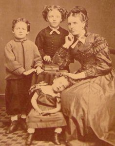 Era victoriana: Fotografía post mortem  [Looks like the photographer is taking a titsch too long to get this family portrait.]