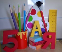 Back To School Party, 1st Day Of School, School Parties, Art School, Back To School Displays, Art Room Doors, Diy And Crafts, Crafts For Kids, Decoration Vitrine