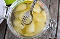 Limonada inghetata – cuburi de limonada concentrata. Cubulete congelate de limonada cu sirop, lamaie si menta, pentru cei care nu au chef de fiecare data sa fiarba siropul, sa stoarca lamaile casa pregateasca o limonada sau un cocktail. Cu 2-3 cuburi intr-un pahar de apa obtinem o bautura racoritoare, sanatoasa si delicioasa, asa cum beam …