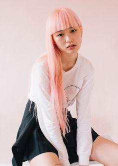 Galeria de Fotos Quem é a menina de cabelo rosa que parou tudo no desfile da Vuitton // Foto 1 // Notícias Models // FFW