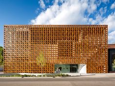 The state-of-art Aspen Art Museum (AAM) was open last August and was designed by 2014 Pritzker Architecture Prize winner Shigeru Ban. This museum is. Shigeru Ban, Museum Architecture, Facade Architecture, Colorado Usa, Wood Facade, Building Facade, Building Structure, New Art, Art Projects