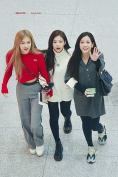Image shared by Yamila Labrin. Find images and videos about kpop, rose and blackpink on We Heart It - the app to get lost in what you love. Kpop Fashion Outfits, Blackpink Fashion, Korean Fashion, Fashion Trends, Korean Airport Fashion, Kim Jennie, Girls Generation, Moda Kpop, Ropa Hip Hop