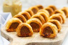 Spaanse mini worstenbroodjes - Borrelhapjes recept   SmaakMenutie Chorizo, I Foods, Sausage, Appetizers, Bread, Mini, Sausages, Appetizer, Brot