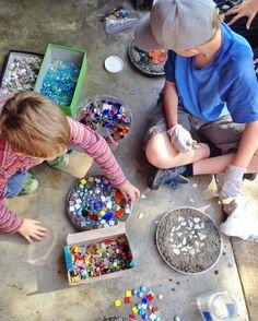 we bloom here: tutorial :: garden stepping stones diy garden stepping stones Stepping Stones Kids, Concrete Stepping Stones, Concrete Garden, Homemade Stepping Stones, Backyard For Kids, Diy For Kids, Crafts For Kids, Diy And Crafts, Concrete Projects