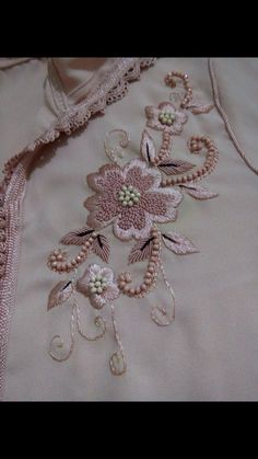 Luis Martín's media statistics and analytics Zardosi Embroidery, Hand Embroidery Dress, Kurti Embroidery Design, Tambour Embroidery, Embroidery Suits, Embroidery Fabric, Embroidery Fashion, Hand Embroidery Designs, Embroidery Stitches