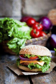 Le classique, l'indémodable. Vous pouvez remplacer le ketchup par une sauce barbecue, et bien sûr, réaliser vos petits pains vous-même avec notre recette de buns pour burgers.