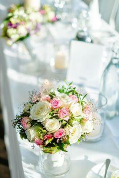 Ein wunderschöner Brautstrauß gebunden mit weißen und rosa Rosen. Und die Tischdekoration wird passend von unseren Event-Floristen angepasst.  #Brautstrauss #Floristik #Rosen #Sommer #Frühling #champagner #rosa #elegant