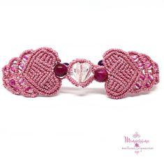Pulsera de micromacramé con corazón de cristal y OJO de TIGRE teñido, confeccionado con hilo encerado de 1 mm. #pulsera #micromacrame #macrame #HechoAMano #HiloEncerado #corazón #polsera #FetAMa #FilEncerat #cor #bracelet #handmade #waxedthread #heart #Linhasita