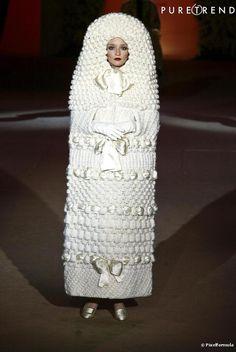 """Yves Saint Laurent : La mariée """" poupée russe """" portée par Audrey Marnay au défilé rétrospective de janvier 2002."""