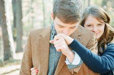 Jolie photo de fiançailles à utiliser pour un faire-part de mariage - by Heather Hester