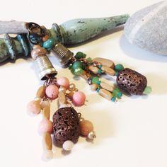 Amuleti in legno, rame e vetro.  L'amuleto rosa racconta di magie d'amore. Il verde ci connette con la natura e le profondità del mare. In perfetto hippy style.