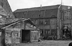 Krotwoningen Oude Torenstraat. Rechts postkantoor