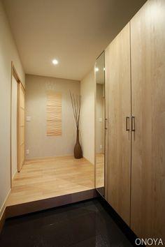 玄関」は家の顔!物が多くてもスッキリ片付く、おすすめ収納3選 使用する材料や収納の大きさを自分のライフスタイルに合わせて考えることができ収納量はもちろん、デザインも世界にひとつの玄関収納を作ることができます。 Japanese Home Design, Japanese House, House Entrance, Entrance Hall, Interior Design Living Room, Interior Decorating, House Made, Home Decor Trends, Mudroom