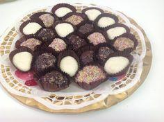 Bolitas de leche condensada con coco, galletas e higos.