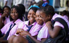 Chicas con el uniforme de su escuela el 29 de septiembre de 2015 en Beira, Mozambique.
