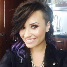 Demi Lovato changes her hair colour so often, we needed to create an official record to track of all her past bold hues. Looking through her hair history is Cabelo Demi Lovato, Demi Lovato Hair Color, Demi Lovato Short Hair, Demi Lovato Haircut, Cut Her Hair, Hair Cuts, Half Shaved Head, Shaved Sides, Celebrity Haircuts
