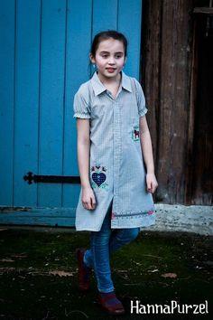 Dieses Kleid ist aus einem Herrenhemd genäht!  Bestickt mit der *Schwedischen Tischdecke* von Gretelies, und verziert mit Webbändern von Farbenmix!  E