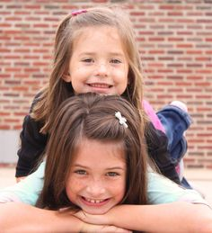 Sisters Photography or could do with brother/sister Children Photography Poses, Sister Photography, Photography Ideas, Sibling Photo Shoots, Sibling Photos, Mother Daughter Pictures, Sister Pictures, Toddler Poses, Sister Poses
