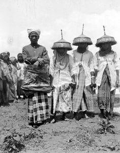 Mensen uit Bima in feestkleding ter gelegenheid van het beplanten van de sawah's van de sultan, Sumbawa - Unknown date