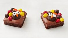 Kids of all ages will have fun making and eating these cute turkey brownies. Turkey Cake, Turkey Cookies, Brownie Bar, Fudge Brownies, Holiday Treats, Holiday Recipes, Fall Treats, Fun Recipes, Holiday Cookies