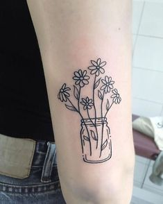 The popularity of floral tattoos is evident. Daisy tattoos are in great demand in the tattoo industry. In the article, you`ll find the best variants of symbolic daisy tattoos. Diy Tattoo, Home Tattoo, Tattoo Arm, Model Tattoos, Body Art Tattoos, Sleeve Tattoos, Tatoos, Daisy Tattoo Designs, Daisy Flower Tattoos