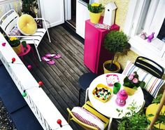 Patios You'll Want to Live on This Summer Petit balcon - Small balcony leuk, roze geel en wit op je balkon balcon - Small balcony leuk, roze geel en wit op je balkon Tiny Balcony, Small Terrace, Small Outdoor Spaces, Small Patio, Balcony Ideas, Patio Ideas, Balcony Garden, Small Balconies, Outdoor Balcony
