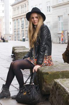 chapéu, vestido estampado, jaqueta couro e botas via: street-style-ista.tumblr.com/post/25208787818#