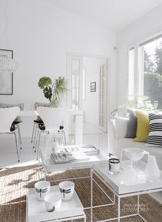 I love this perfec crips white living and dining because my chairs are just like this ones, but mines are wood tone, but they can be change easy. Living Room Furniture, Home Furniture, Living Room Decor, Home Interior, Modern Interior, Interior Design, Living Room White, Home And Living, Scandinavian Style Home
