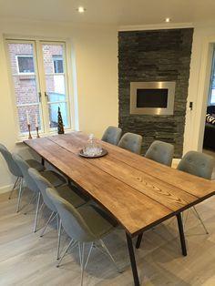 Spisebord i 3 planker i farven valnød.  Ask farvet med olie.