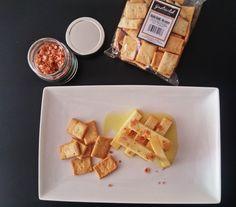 Queso de cabra curado en aceite Gastroclub- Acompañado con escamas del sal al pimentón y regañadas de sésamo.