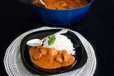 Domoda är en fantastisk traditionell rätt från Gambia. Mustig och smakrik jordnötssås som gärna ska få puttra en lång stund för absolut godast smak och konsistens. Den kan göras på kött, kyckling, fisk eller vegetarisk. En mycket fyllig gryta som serveras med ris. Sötpotatisen i ger en härlig sötma till den kryddiga såsen. 6 portioner Domoda 600 g grytkött (lamm- eller nöt) eller kyckling 300 g creamy jordnötssmör (osötad) 2-3 mogna röda tomater 150 g tomatpuré 2 gula lökar 3 vitlöksklyftor…