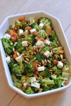 Broccolisalat med feta og græskarkerner (Recipe in Raw Food Recipes, Salad Recipes, Vegetarian Recipes, Healthy Recipes, Food N, Food And Drink, Tapas, I Love Food, Food Inspiration