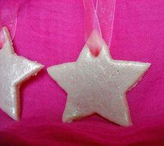 Decorazione a forma di stella: base in pasta di sale verniciata con smalto per unghie rosa