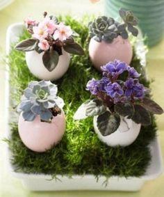 Centro de Mesa con cascarones de huevo para Pascua, encuentra más opciones en http://www.1001consejos.com/centros-de-mesa-para-pascua/
