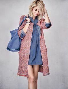 0452461826e3 Heißgeliebt und viel getragen wirkt das Jeanskleid durch die aufwendige  Used-Waschung des blauen Denims