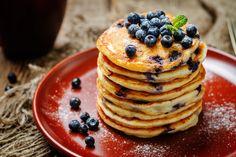 Reggelire vagy desszertnek is elkészítheted a pufi, a szokásosnál kisebb, áfonyás túrópalacsintát.