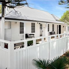 Stunning 49 Inspiring Home Fence Color Design Ideas To Try Asap. Weatherboard House, Queenslander, Exterior House Colors, Exterior Design, House Front, My House, White Beach Houses, Front Yard Fence, Facade House