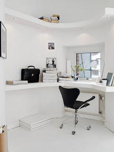 Witte bureauruimte met inbouwspots en legplanken