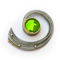 """Elisenda de Haro: """"Colgante grande caracol jade, plata oxidada y oro; La espiral símbolo de la evolución culmina"""" en su centro con un jade verde"""