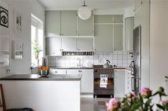 Modern Home Decor Kitchen Apartment Kitchen, Home Decor Kitchen, Kitchen Interior, Rustic Kitchen Cabinets, Kitchen Dining, 50s Kitchen, Modern Farmhouse Kitchens, Home Kitchens, Green Kitchen
